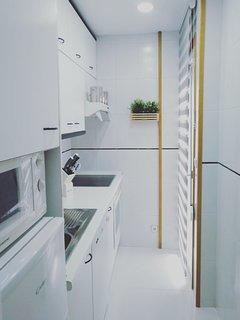 Amplia cocina con lavavajillas, microondas, horno, VITRO, ...luz natural e iluminación LED