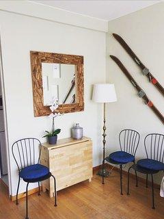 Mesa de comedor ampliable a 6 personas y espejo y decoración que dan amplitud al salón