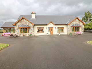 DOOLOUGH LODGE, pet-friendly, close to lough, en-suite, open fire, Killarney, Re