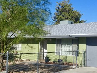 Joshua Tree TYPE Inn - All the comforts of home, whole house w/ fenced yards