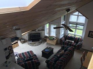 Family-friendly condo with loft, entertainment & mountain views - ski-in/ski-out