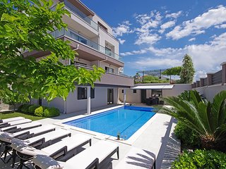 NEW! Luxury Villa Lucas with heated pool, whirlpool, sauna, 20m from beach