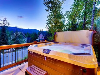 In-town bungalow with magnificent views, hot tub & short walk to Main Street!