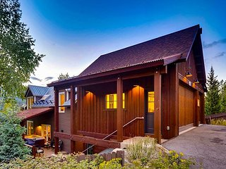 Walk to Main Street from this 6 Bedroom Chalet - Views, Hot Tub & Game Room!!