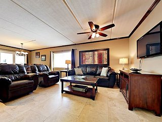 Well-Appointed 2BR w/ Pool, Hot Tub & Grilling Area -- Close to Gulf Beaches