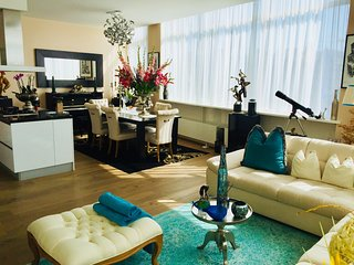 Large and luxurious. Read the great reviews! Amsterdam centre apartment.