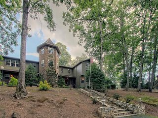 Luxury chateau w/ private chapel, great for weddings/groups, private hot tub!
