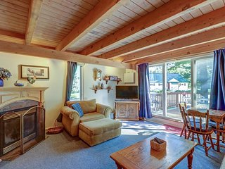 Family-friendly condo with easy ski lift access, seasonal pool, & great location