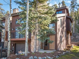 Amerind End-Unit Townhome in Warrior's Mark - Walk to Quicksilver Lift and Downt