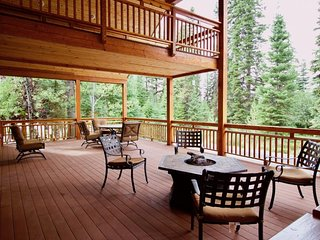 NEW LISTING! Large log cabin w/mtn views, shared pool, hot tub, tennis, and more