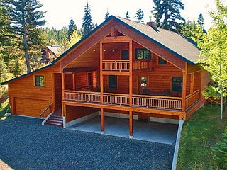 Large log cabin with mtn views, shared pool, hot tub, tennis, and more!
