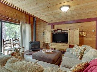 NEW LISTING! Cozy Sunriver cabin w/SHARC passes, shared pools/hot tub
