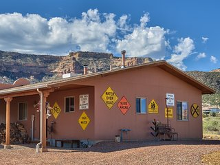 One-of-a-Kind Super Cool BUNKHOUSE w/ views of Colorado's National Monument!