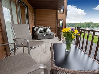 Riverwalk Retreat at Dells Vacay | Cozy Holiday Condo | Walk to Downtown Dells