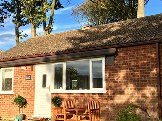 Cosy newly refurbished 2 bed bungalow close to the beach, sea view, wifi