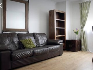 BRIGHT SPACIOUS 2 BEDROOM FLAT IN LEITH