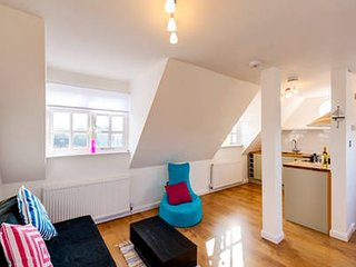 Sunny Family Friendly Flat & Private Parking