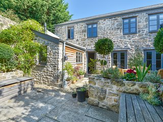 DAIRY COTTAGE, luxurious stylish cottage in the heart of the Dartmoor town of