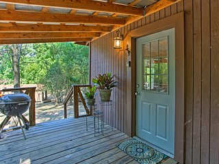 NEW! Charming Studio Cabin on Lake O' the Pines!