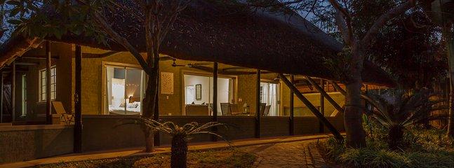 O exterior da casa à noite