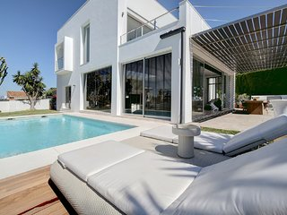 Stunning Contemporary Villa next to Golf Resort