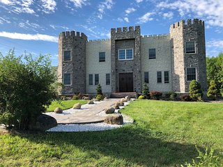 Castle Manor by the Lake: Guest Suite Sleeps 6