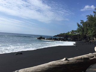 Mariner Cottage/Sunrise Cottages | Walking Distance to Black Sand Beach