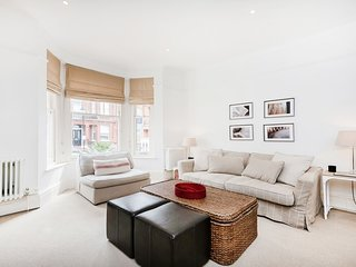 Lovely 1 bedroom apt in Chelsea with garden {AC2}