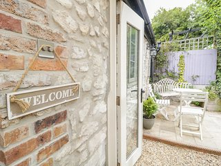 APPLETREE COTTAGE, pretty cottage in Dorset AONB, Osmington