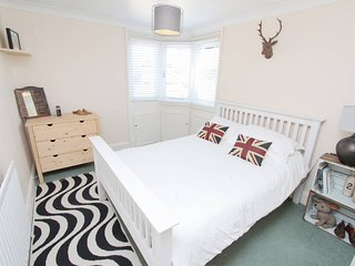 Central 2 bed flat in Clifton, Bristol (2 doubles)