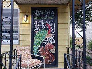 Mellow Squirrel Cottage, a quaint cottage 1/2 block off downtown Denison