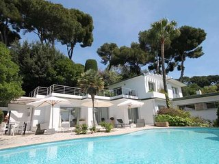 Awesome home in Cannes w/ Private swimming pool, Internet and 5 Bedrooms