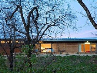 Modern ecochic luxe indoor/outdoor getaway- mountaintop views & hot tub!