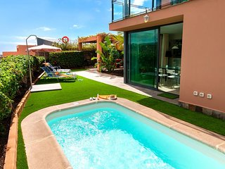 2 bedroom Villa with Pool, Air Con, WiFi and Walk to Shops - 5334550