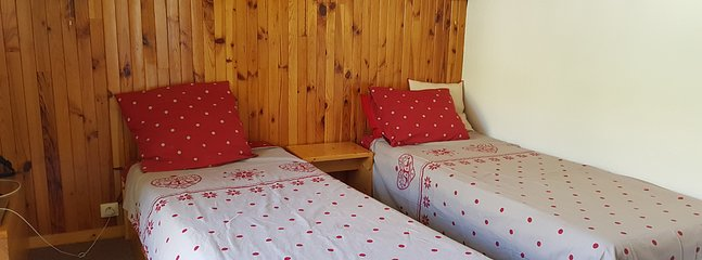 Bedroom with 3 single beds