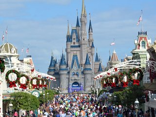 SPEND CHRISTMAS AT DISNEY IN A BEAUTIFUL RESORT