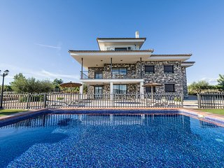 Relaxing and familiar villa, pool, tennis and football court. All private.