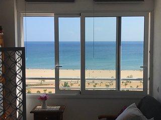 Beau studio renove et calme. Tres belle vue sur la mer et la plage