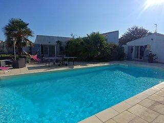 Villa des pingettes 12/14 personnes avec piscine à 300m de la mer et commerces.
