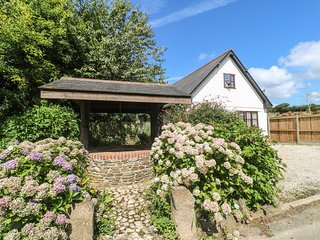 WISHING WELL COTTAGE, pet friendly, country holiday cottage, with a garden in