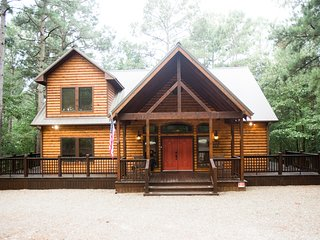 Time Well Spent Cabin! Spacious! Luxurious! 3 BR; 2.5Bath; Hot Tub; Shuffleboard