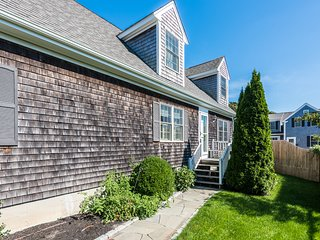 ELOUA - Lovely updated Home , Village Area Edgartown, 7 minute Walk to Main St.