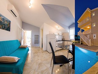 Elegant spot in attic with pool and lovely sea view IV