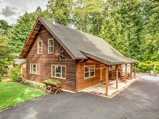 Dog-friendly cabin w/private hot tub, firepit, & access to shared pool & tennis!