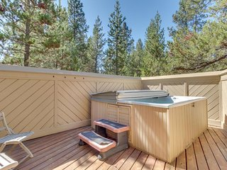 New Listing! Modern home w/private hot tub, shared pool, SHARC passes -Dogs OK!