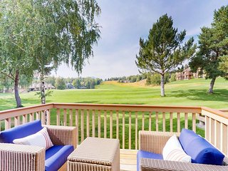 NEW LISTING! Lovely condo w/golf, shared pool, hot tub, sauna & tennis court