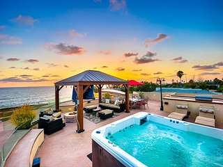 Luxury w/ Ocean Views, Roof Top Jacuzzi & Steps to Sand