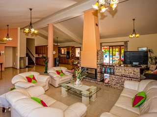 Peaceful Luxury Villa, King Size Bed, Sea & Mountain Views, Pool, BBQ, WiFi, A/C