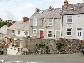 TRAMWAY COTTAGE, views of the beach and promenade, in Conwy