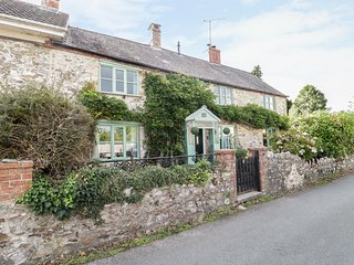 2 WISTERIA COTTAGES, dog-friendly, enclosed area, in Tatworth